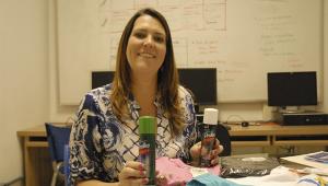 Fernanda Checchinato, CEO da Aya Tech, segura um produto de sua empresa em cada uma das mãos