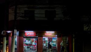 Pessoa passa por uma rua escura