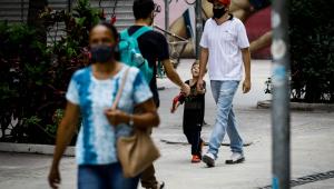 Pessoas andandua da cidade de Sorocaba, São Pauloo na r