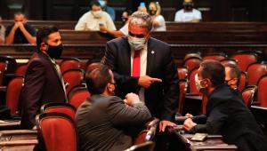 Deputados estaduais do Rio de Janeiro durante sessão na Alerj