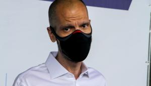 O prefeito Bruno Covas usando máscara