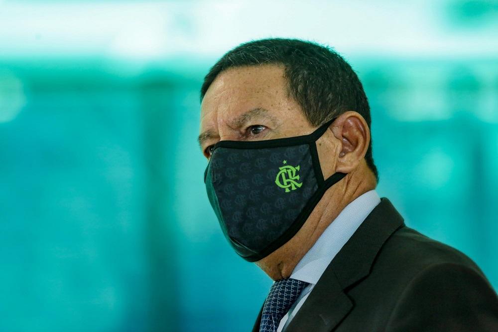 Imagem mostra o vice-presidente Hamilton Mourão de paletó, gravata e máscara do Flamengo