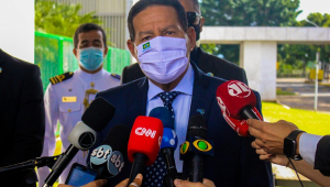 Vice-presidente, de máscara, conversa com a imprensa