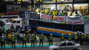 Manifestantes estendem faixa de protesto na rua