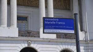 Placa em homenagem à vereador Marielle Franco, em frente à Câmara Municipal do Rio de Janeiro