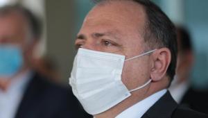 O ministro da Saúde, Eduardo Pazuello, parado de lado, usando máscara
