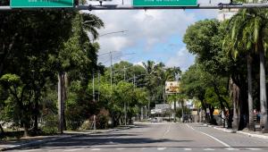Avenida vazia no Recife