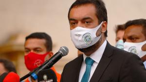Cláudio Castro, governador do Rio, anuncia medidas de restrição para o Estado durante entrevista coletiva
