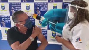 Galvão Bueno recebendo a primeira dose da vacina contra a Covid-19