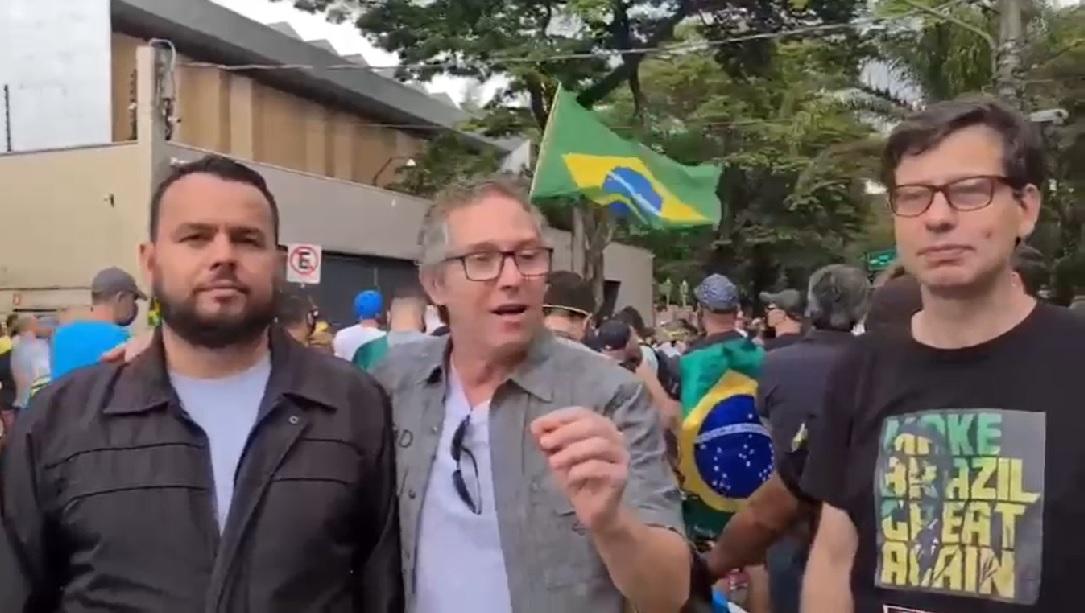 Gil Diniz e dois amigos falam em vídeo durante protesto contra João Doria
