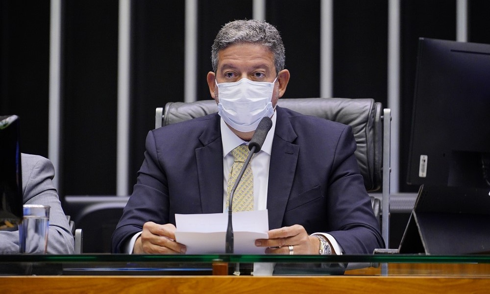 De máscara, Arthur Lira, presidente da Câmara dos Deputados, comanda votação