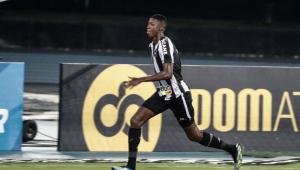 Matheus Babi comemora gol com a camisa do Botafogo