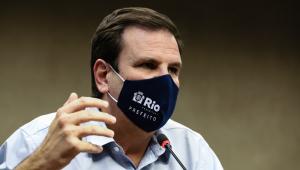 Eduardo Paes usando máscara durante coletiva de imprensa