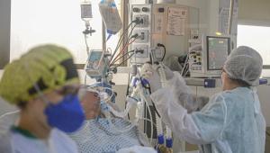 Hospital referência em Porto Alegre tem UTI lotada e fila por respiradores
