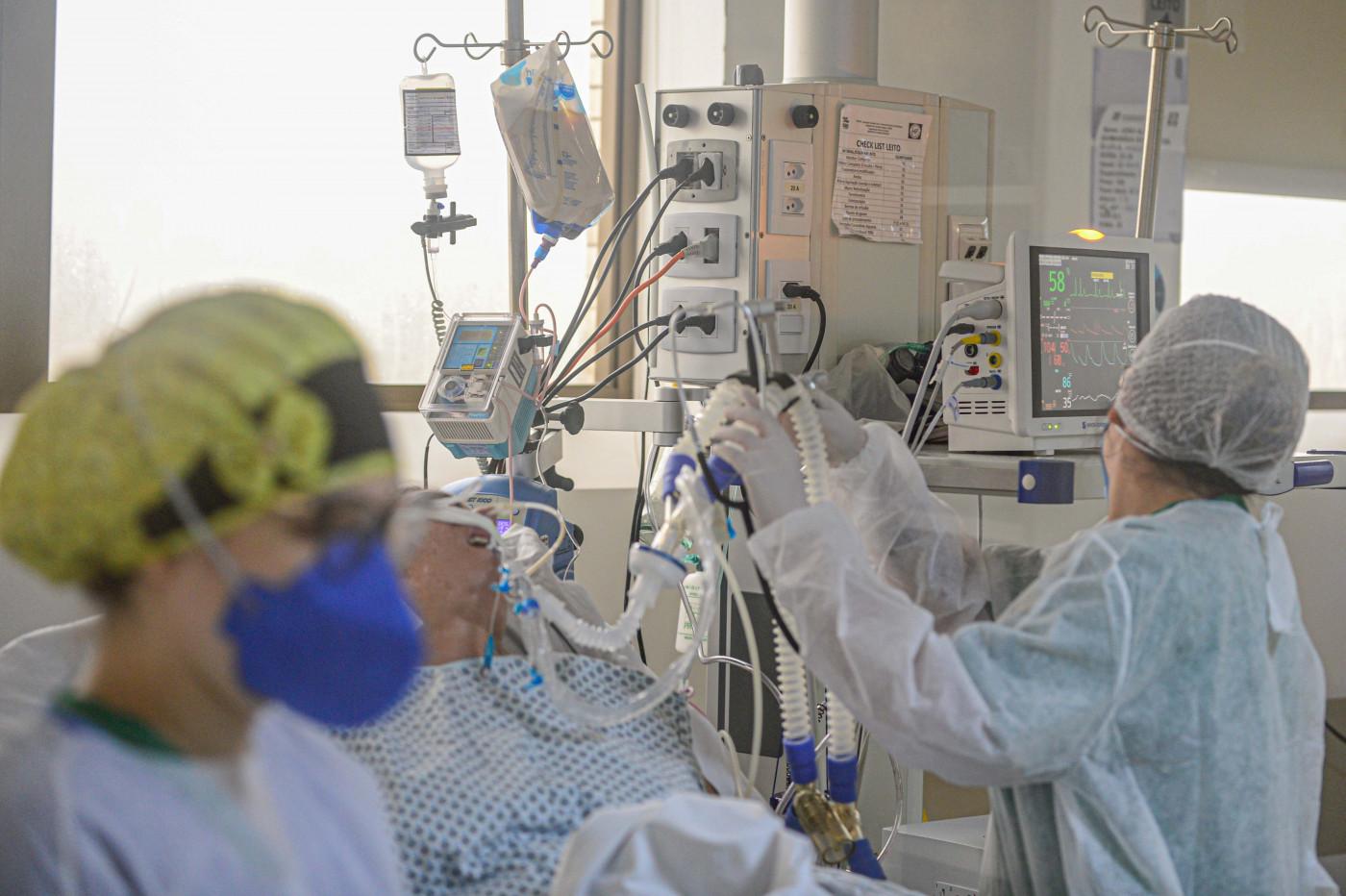 Médicos dentro de unidade de tratamento intensivo
