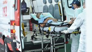 Paciente sendo retirado da ambulância