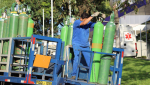 Cilindros de oxigênio sendo transportados