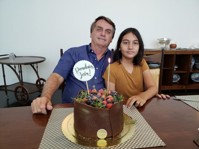 Jair Bolsonaro posta foto de aniversário ao lado de Laura Bolsonaro