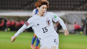 Jogador da seleção japonesa fazendo gol durante partida contra a Mongólia