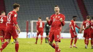 Lewandowski marca três, Bayern vence Dortmund de virada e retoma liderança do Alemão