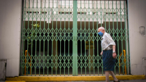 Idoso caminha em rua deserta durante período da Fase Vermelha em São Paulo