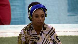 """Lumena escuta Karol Conká (que não aparece na imagem) durante seu confinamento no """"BBB 21"""""""