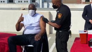 Magic Johson, astro histórico da NBA, recebeu a vacina contra a Covid-19