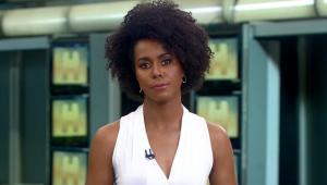 """De blusa branca, a apresentadora Maju Coutinho apresenta o """"Jornal Hoje"""""""