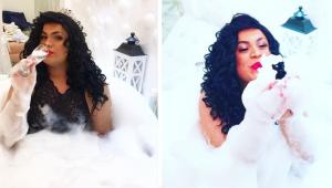 duas fotos lado a lado de mc maylon de vestido de noiva, uma assoprando bolhas de sabão e outra dentro de uma banheira com bolhas de sabão. ele está de cabelo longo cacheado