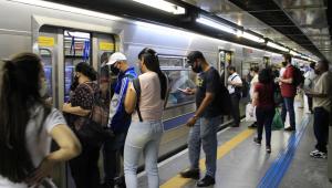 Passageiros aguarda para entrar no metrô de São Paulo