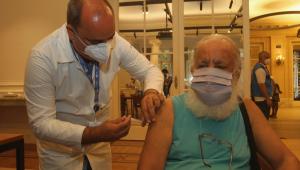idosos se vacinando no Rio de Janeiro