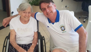 Mãe de Jair Bolsonaro recebe a segunda dose da CoronaVac