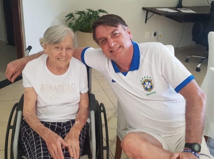 Presidente Jair Bolsonaro posa para foto com sua mãe