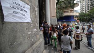 Fila de pessoas procurando por trabalho em frente ao prédio do Sistema Nacional de Emprego, na Praça Sete, em Belo Horizonte