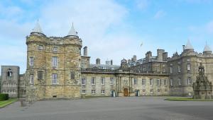 Palácio de Holyroodhouse, em Edimburgo, na Escócia, acionou um esquadrão anti-bomba após encontrar pacote suspeito