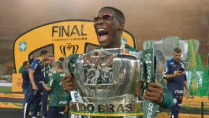 Patrick de Paula com a taça da Copa do Brasil 2020