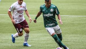 Gabriel Menino, do Palmeiras, disputa lance com Renato Cajá, da Ferroviária