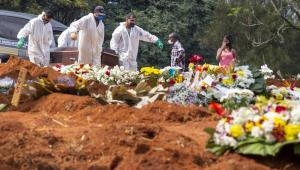 Corpo sendo sepultado no Cemitério da Vila Formosa