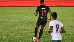 Jogador do Flamengo conduz a bola