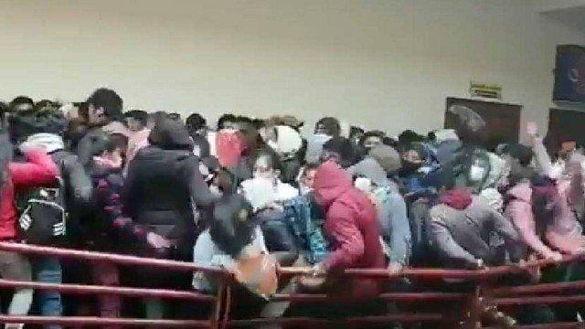 estudantes aglomerados em universidade na bolívia morrem após caírem de 4º andar