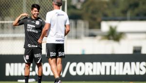 Roni e Vagner Mancini conversam durante treinamento no Corinthians