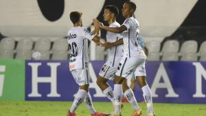 Jogadores do Santos comemorando gol