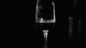 Taça de vinho em ambiente escuro