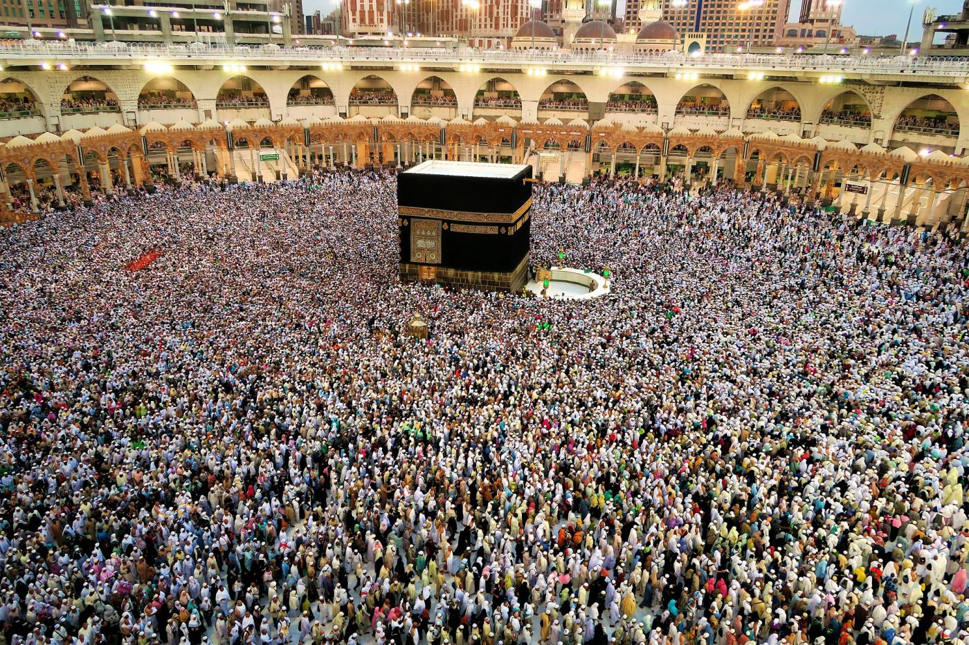 Uma multidão de muçulmanos na Grande Mesquita, em Meca