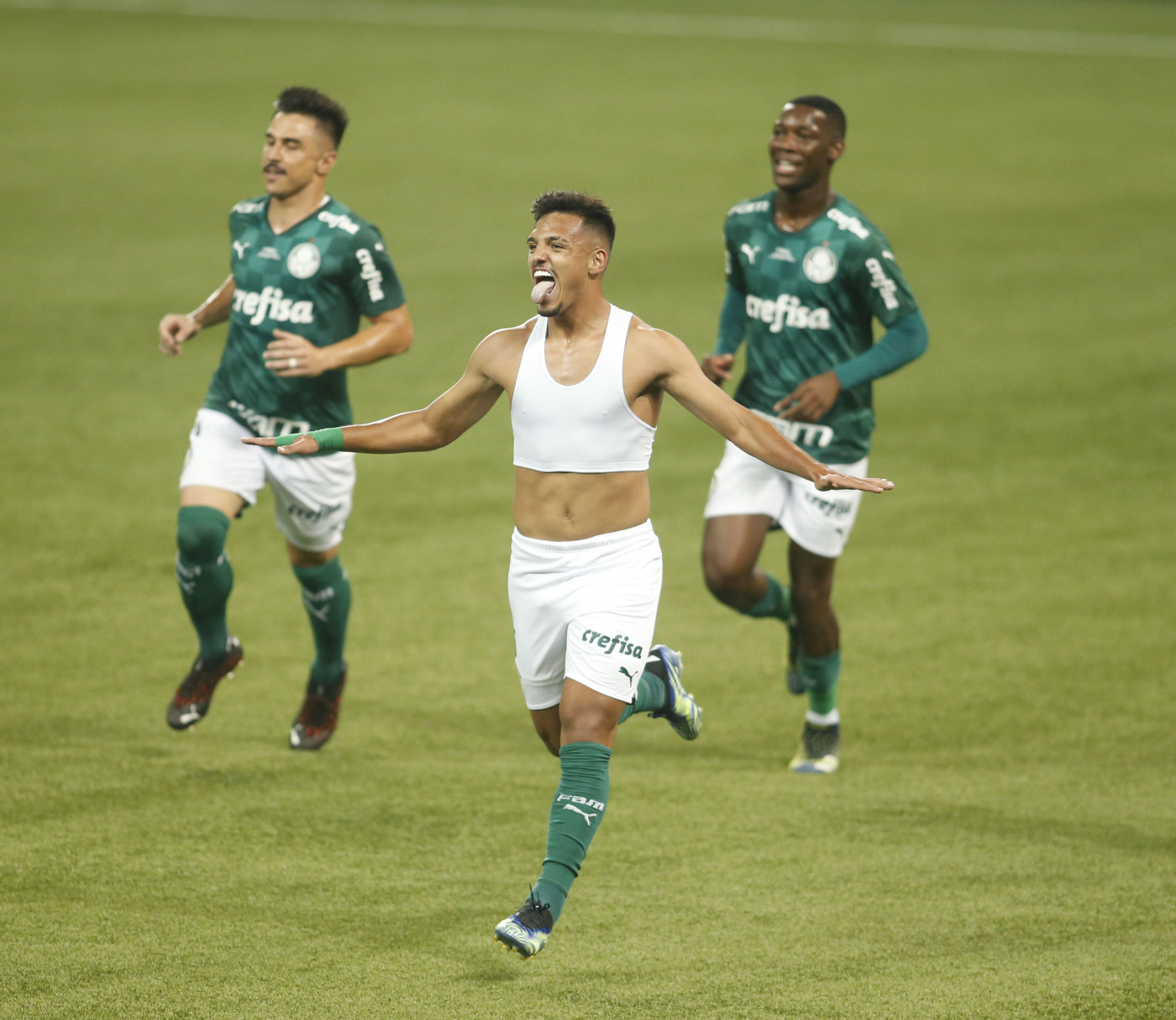Sem camisa, Gabriel Menino comemora o gol que decretou o título do Palmeiras; Willian e Patrick de Paula correm atrás do companheiro