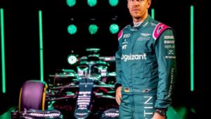 Sebastian Vettel se anima com o carro da Aston Martin para temporada da F-1