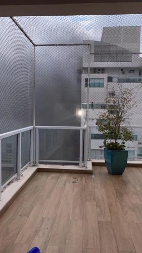 Varanda de apartamento com fumaça subindo pela janela