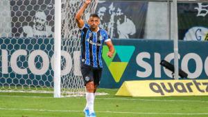 Diego Souza celebra gol na Arena Grêmio