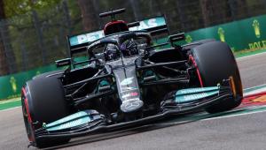 O piloto inglês Lewis Hamilton conduz o carro preto da Mercedes durante treino do GP de Emilia Romagna
