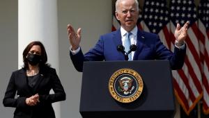 Presidente dos Estados Unidos, Joe Biden, e a vice-presidente Kamala Harris ao fundo